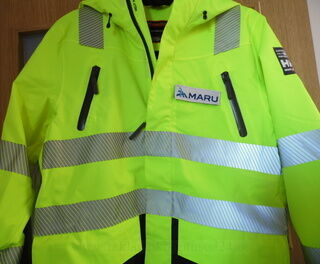 Heijastava takki brodeeratut logolla Maru